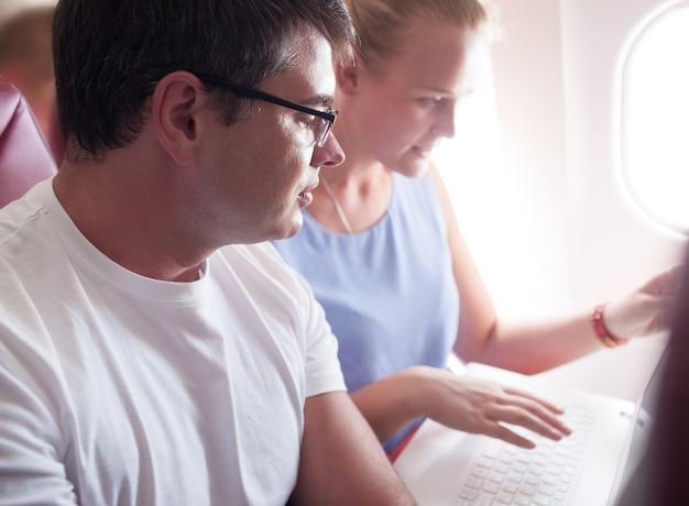 Personnes avec un ordinateur portable sur un avion