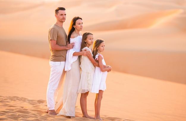 Personnes parmi les dunes du désert de rub al-khali aux émirats arabes unis