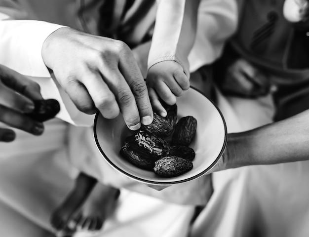 Personnes partageant des dattes séchées