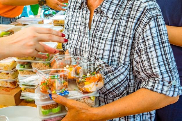 Personnes pauvres recevant de la nourriture de volontaires