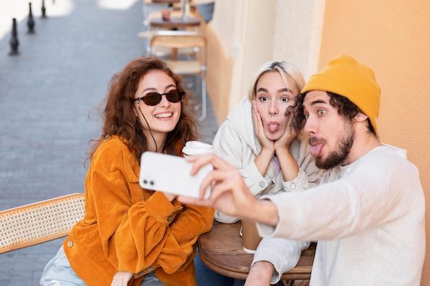Personnes à plan moyen prenant un selfie