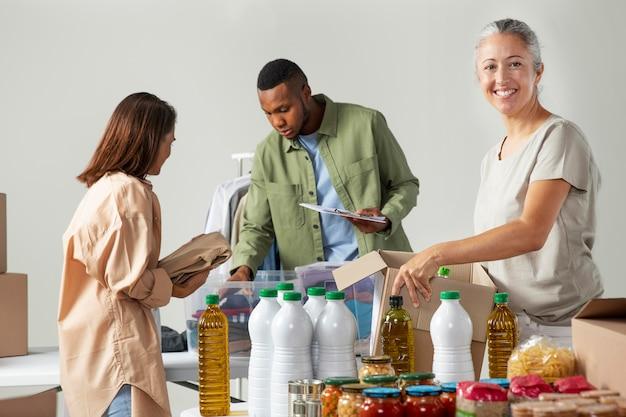Personnes à plan moyen qui collectent des dons
