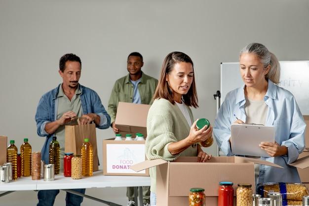 Personnes à plan moyen ramassant des denrées alimentaires