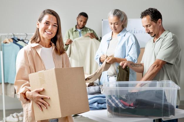 Personnes à plan moyen ramassant des vêtements