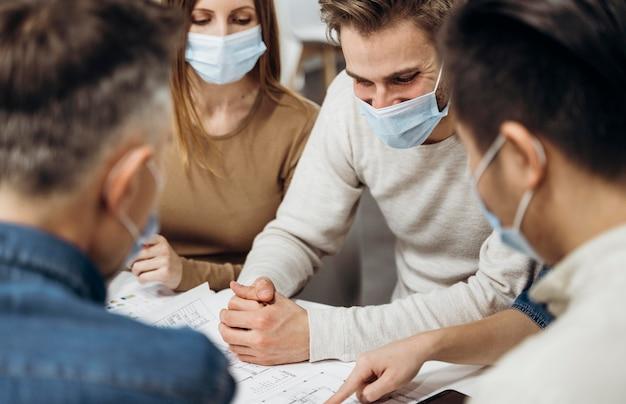 Personnes portant des masques médicaux au travail