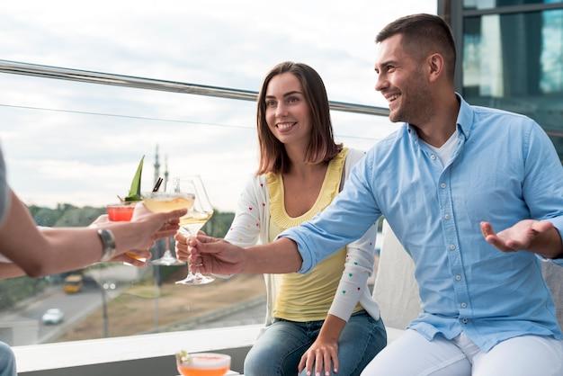 Personnes portant un toast lors d'une soirée