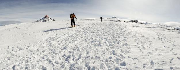 Personnes pratiquant le ski de fond dans la sierra nevada