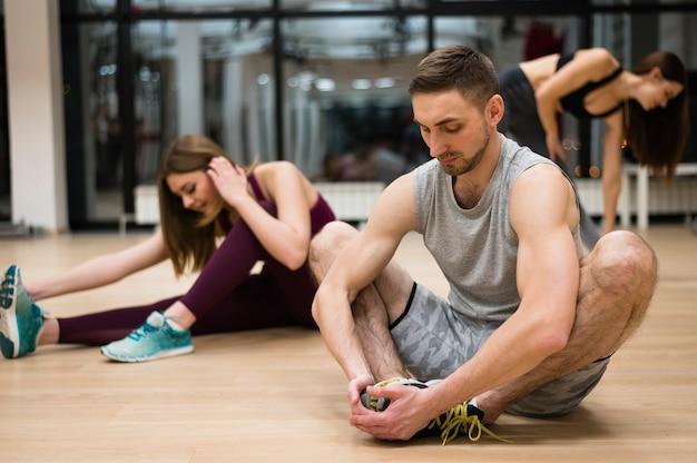Personnes prenant une pause à la gym