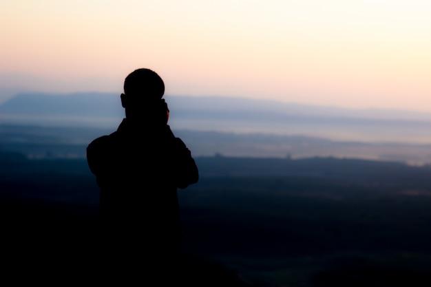 Personnes prenant des photos dans le noir