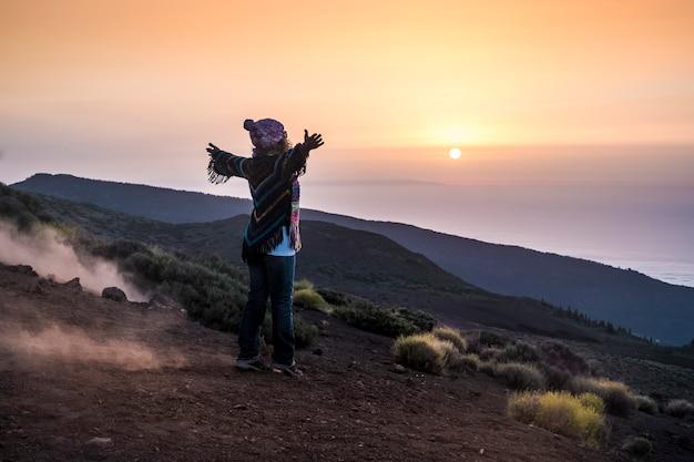 Personnes profitant de la nature ouverte à la montagne pendant le coucher du soleil