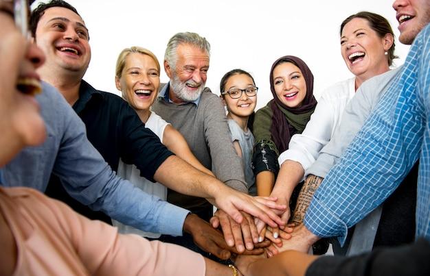 Personnes qui joignent les mains et souriant