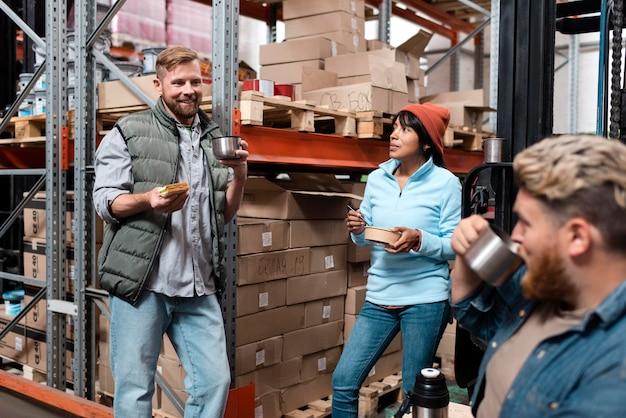 Les personnes qui s'occupent de la logistique des entrepôts
