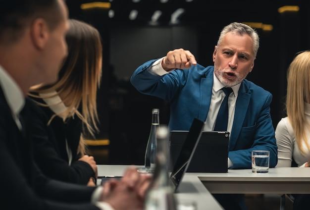 Les personnes qui se parlent lors d'une conférence d'affaires