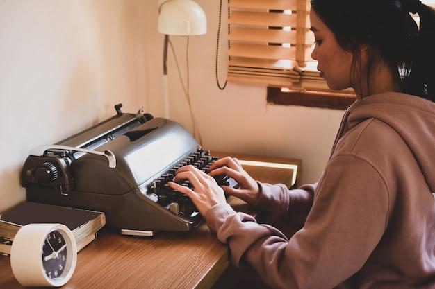 Personnes qui tapent sur le clavier