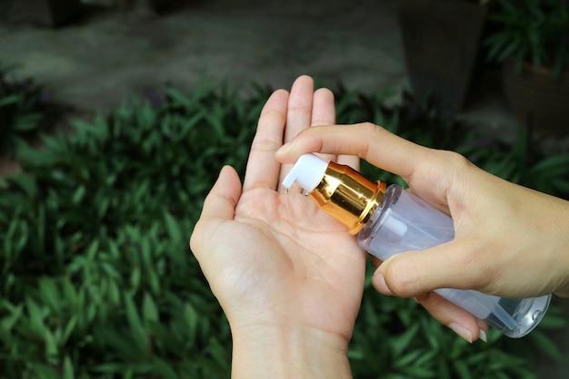 Les personnes qui utilisent un gel antiseptique à l'alcool lorsqu'elles sortent de chez elles empêchent l'infection par le virus corona ou l'éclosion de covid-19.