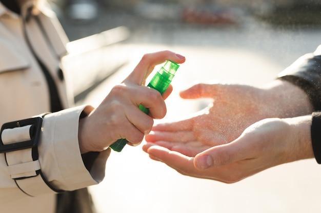 Les personnes qui utilisent un gel antiseptique à base d'alcool et portent un masque préventif