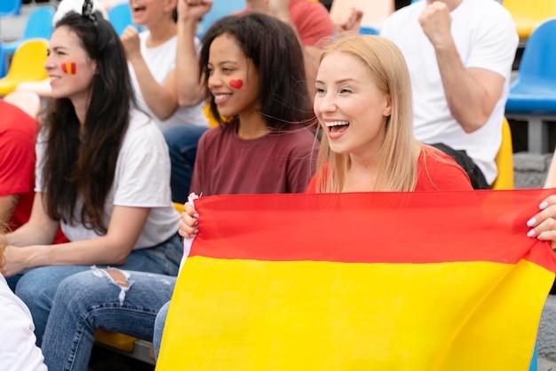 Personnes regardant un match de football ensemble