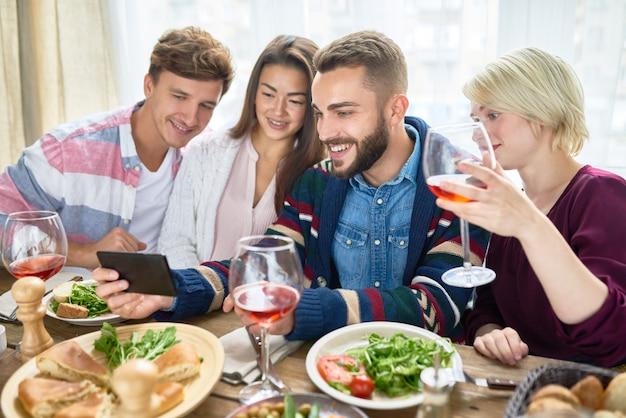 Personnes regardant des vidéos à table