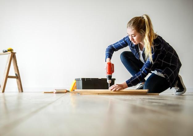 Personnes rénovant le concept de la maison