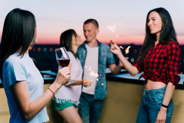 Personnes s'amusant à la fête sur le toit