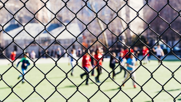 Personnes se reposant dans un terrain de sport