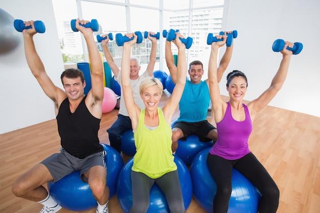 Personnes soulevant des poids en classe de gym