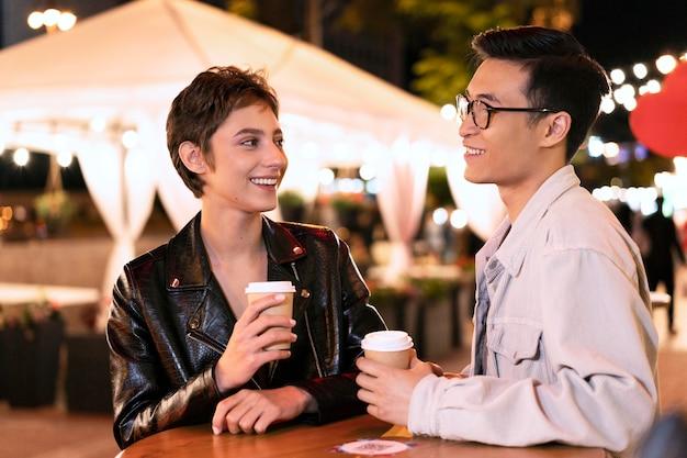 Personnes souriantes à plan moyen avec du café