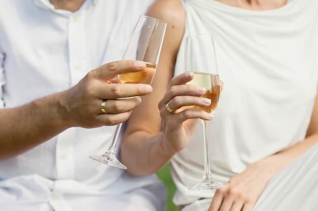 Personnes tenant des coupes de champagne dans leurs mains.