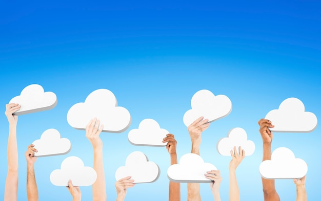 Personnes tenant des nuages