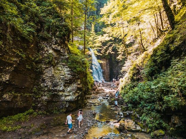 Personnes touristes randonnée à l'espace de copie de la cascade