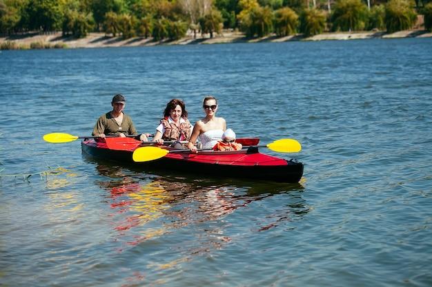 Des personnes de tous âges en kayak