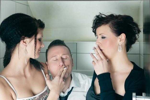 Personnes en train de fumer dans les toilettes