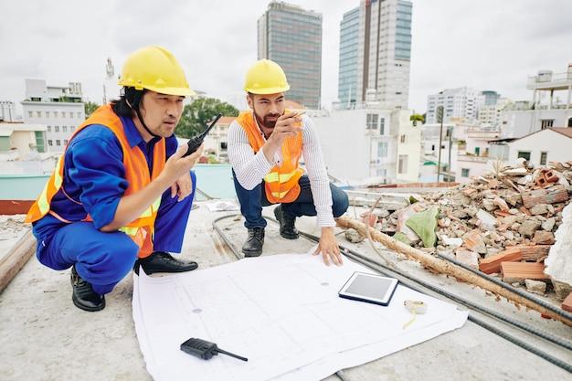 Personnes travaillant sur un chantier de construction