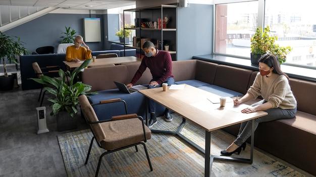 Personnes Travaillant En Coworking Dans Les Restrictions Covid Photo gratuit