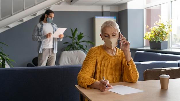Personnes travaillant en coworking dans les restrictions covid