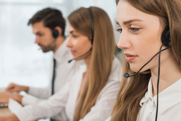 Personnes travaillant dans un centre d'appels