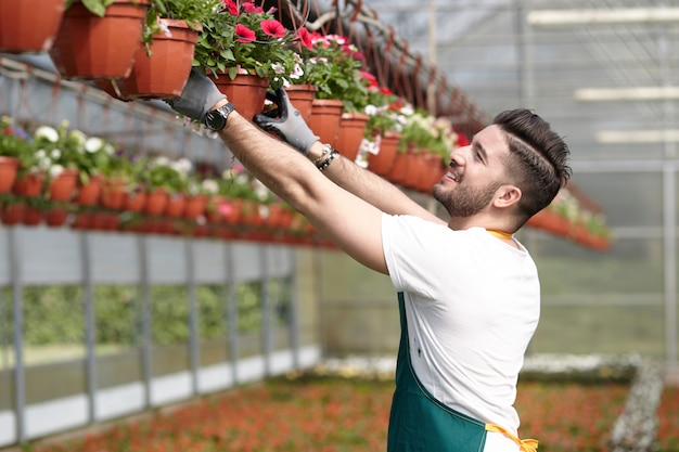 Personnes travaillant dans un magasin de jardinage