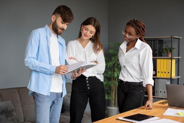 Personnes travaillant ensemble dans une entreprise en démarrage