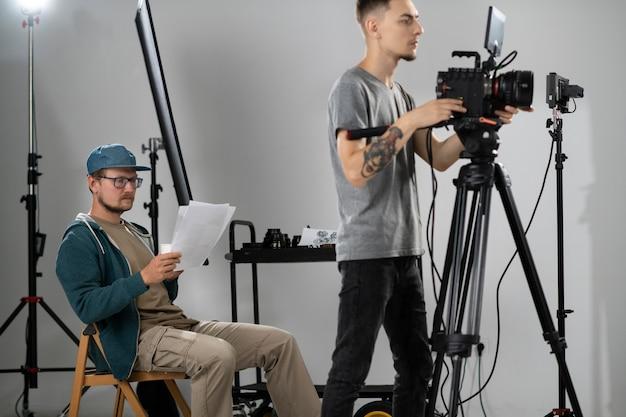 Personnes travaillant ensemble pour un nouveau film
