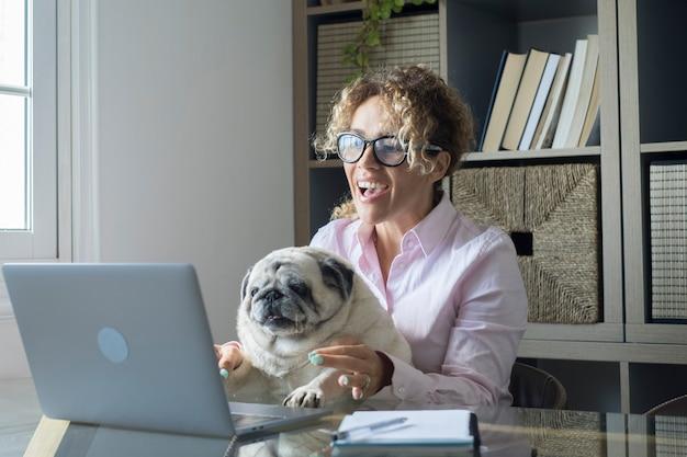 Personnes travaillant à la maison avec connexion internet et ordinateur portable