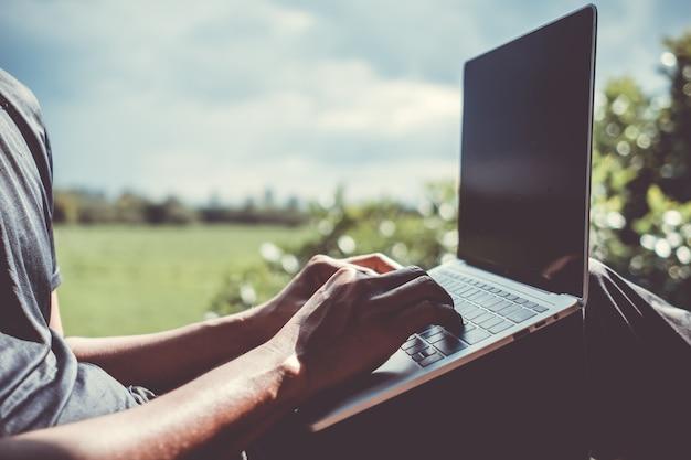 Les personnes utilisant un ordinateur portable pour travailler étudient sur un bureau. concept commercial, financier, boursier et de réseau social.