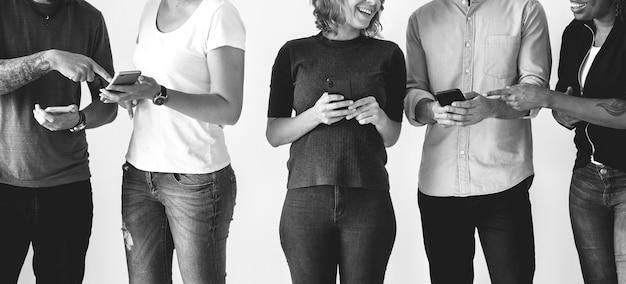 Les personnes utilisant des smartphones