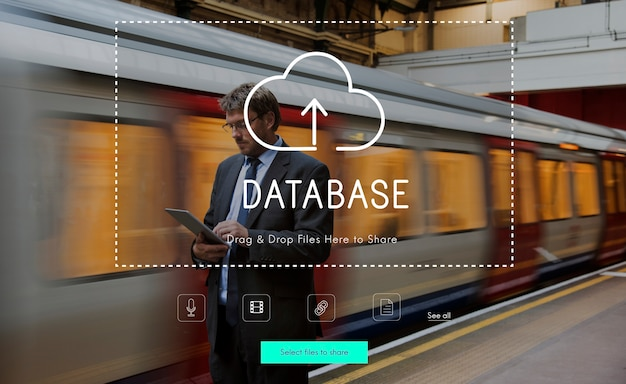 Personnes utilisant la technologie appareil numérique avec infographie en nuage