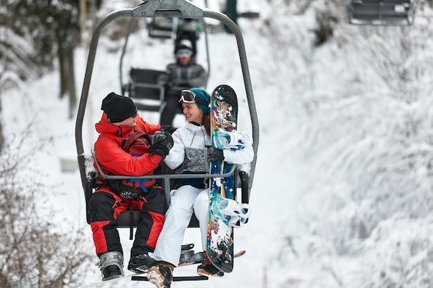 Les personnes utilisant le télésiège à la station de ski de montagne