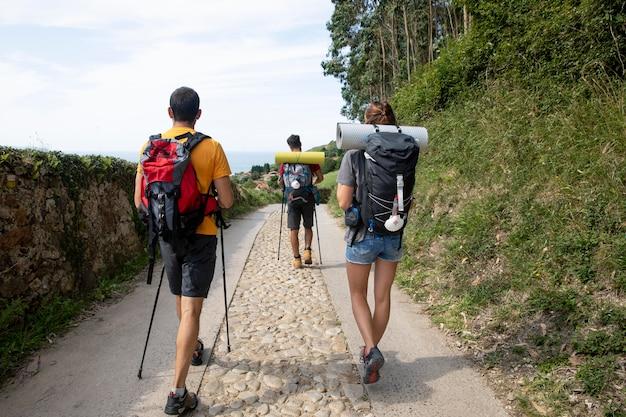 Personnes voyageant avec leurs sacs à dos