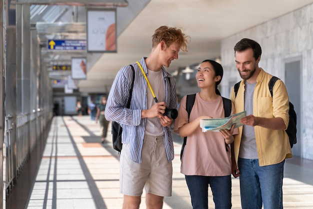 Les personnes voyageant sans soucis de covid
