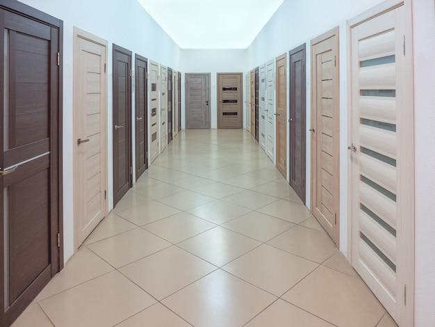 Perspective avec beaucoup de portes dans l'atelier de porte.