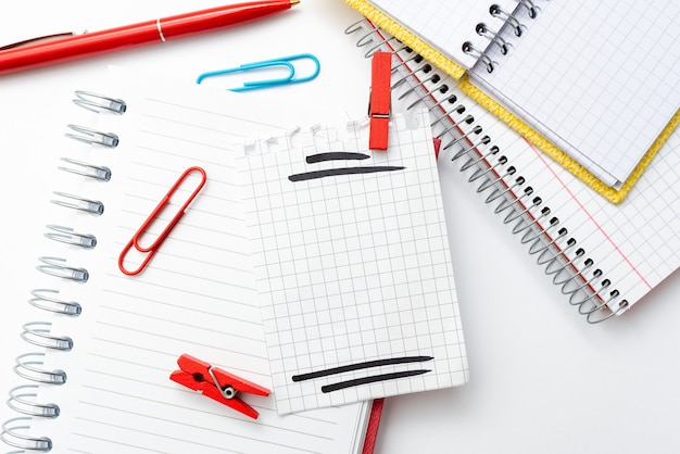 Perspective colorée, pensée positive, inspirations d'idées créatives, contemplation joyeuse, conceptions lumineuses et animées de lieux de travail, cahier de collections de bureau flashy