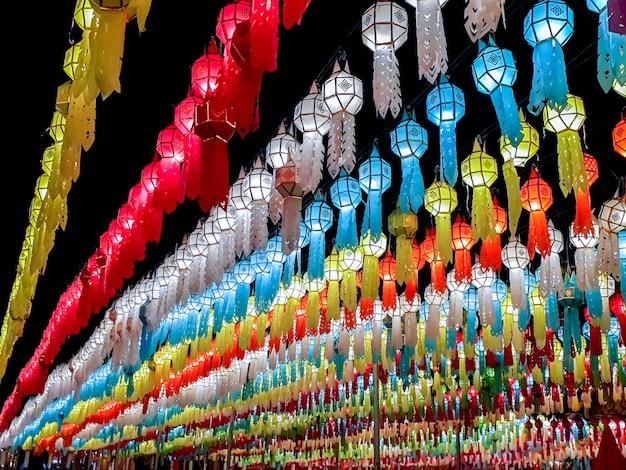Perspective colorée et vue vers le haut des lanternes de style thai lanna à accrocher devant le temple pendant la nuit au festival loy kratong.