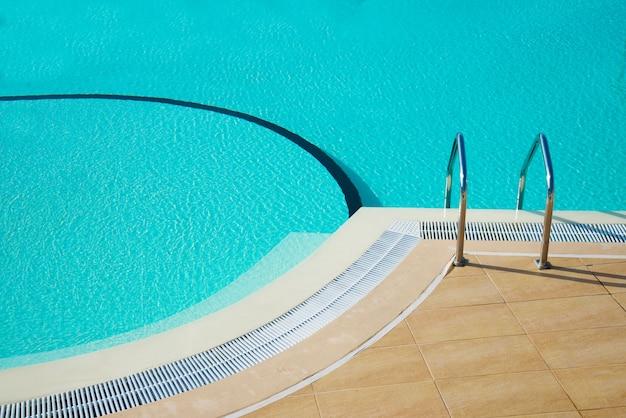 Perspective particulière d'une piscine